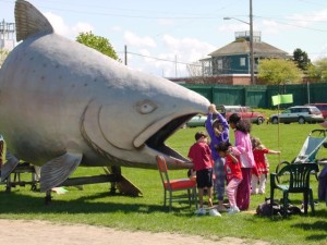 Fin the Salmon w kids